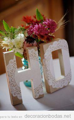 Letras de madera decoradas con encaje para una boda de estilo rústico