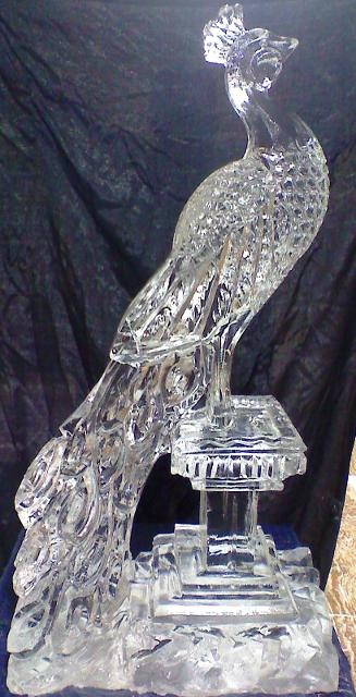 Peacock ice sculpture. - ✯ http://www.pinterest.com/PinFantasy/arte-~-con-hielo-y-nieve-~-ice-and-snow-art/