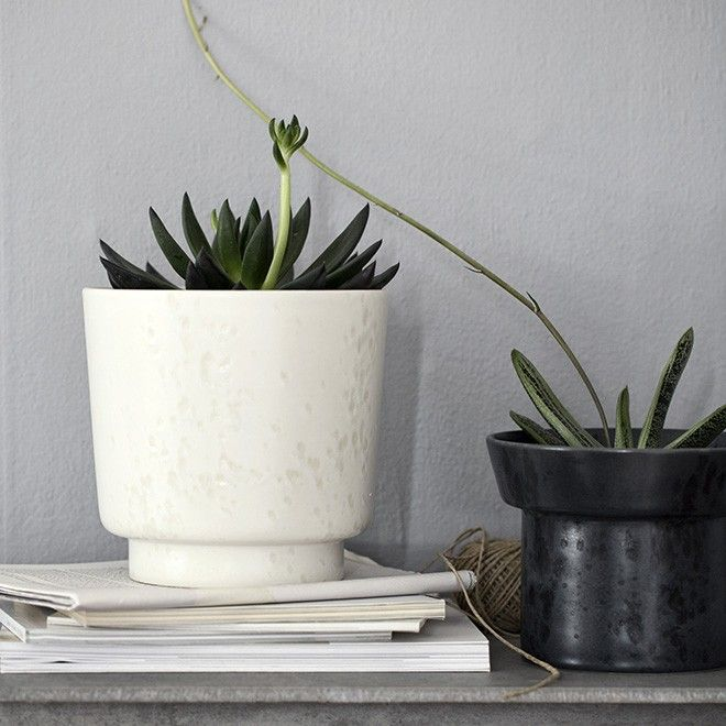 The large, marble white flowerpot has a discreet, rounded base, but also a high rim, which raises the distinctive holder off the surface and adds a delicate lightness to the design. Use the marble white Ombria flowerpot for your large hanging plants and sculptural cacti. Let it stand alone or place it together with other flowerpots and create a green plant tableau.