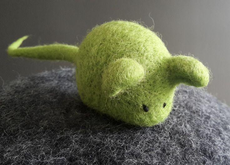 Votre chat va jouer pendant des heures et aucun risque de voir cette souris en feutre de laine se faufiler sous les meubles du salon !