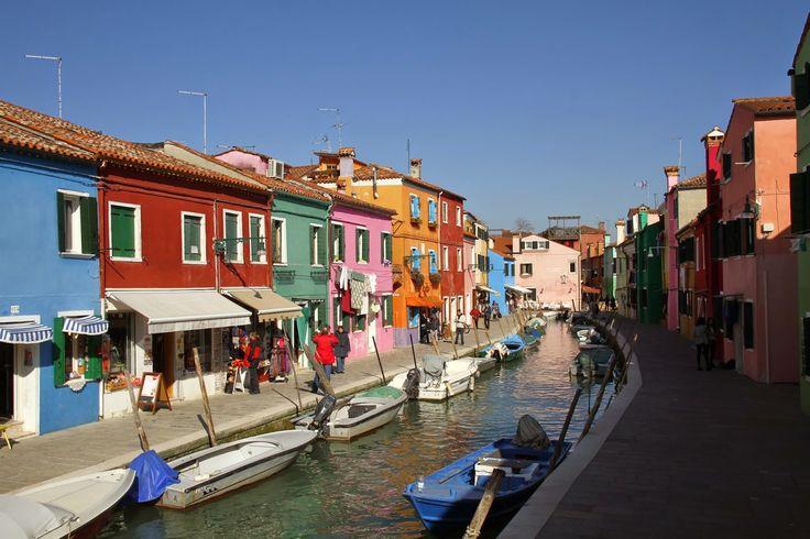 Burano é uma pequena ilha na lagoa de Veneza. A apenas 40 minutos de barco de Veneza (Fondamente Nuove) e a 10 minutos de Murano (Faro), Burano é uma ilha encantadora e que faz as delícias de qualquer fotógrafo ou visitante. Habitada tradicionalmente por pescadores, a povoação, tipicamente mediterrânea, foi pintada de forma bastante colorida. …