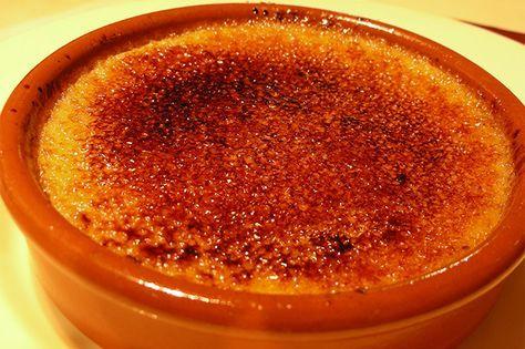 La crema catalana è un dolce al cucchiaio spagnolo famoso in tutto il mondo. Morbido ma con una pellicola superficiale croccante, è consigliato soprattutto durante cene informali come dessert.
