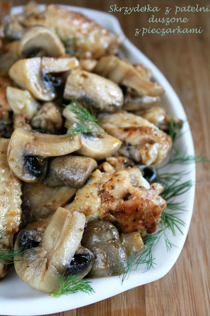 A na obiad dziś skrzydełka! Żeby było szybko i łatwo, duszone na patelni, razem z cebulą i pieczarkami, dzięki czemu powstał przy okazji pys...