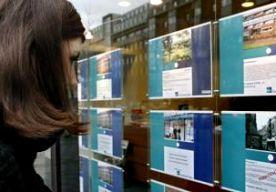 """15-May-2015 7:37 - 'HUIZENPRIJZEN STIJGEN VERDER IN 2016'. De woningmarkt trekt ook volgend jaar verder aan. Dat verwacht de Rabobank. Volgens de bank stijgen de huizenprijzen dit jaar met 1,5 tot 3,5 procent en volgend jaar met 2 tot 4 procent. """"Het gaat aanmerkelijk beter met de Nederlandse economie"""", zegt Rabobank-econoom Pieter van Dalen. Hij wijst erop dat er meer mensen aan het werk komen en dat is goed voor de woningmarkt. """"Ook de lage hypotheekrente en het hogere..."""