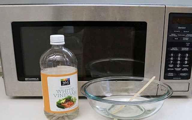 Лёгкий способ отмыть микроволновку. Налейте в миску небольшое количество уксуса и поставьте её греть в печь примерно на пять минут. Микроволновка внутри очистится, и все запахи исчезнут.