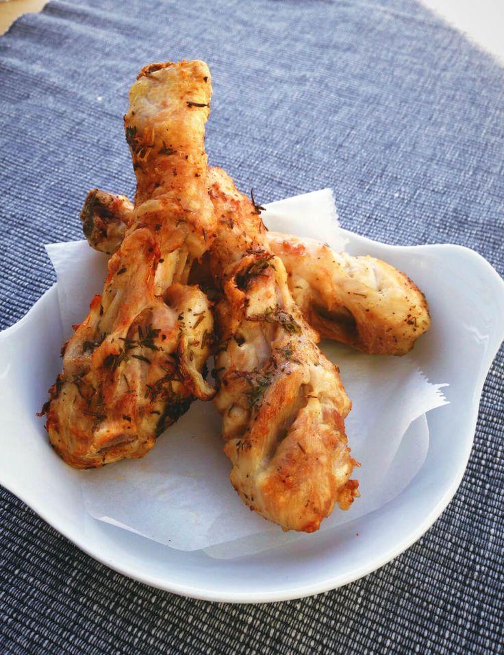 Kipdrumsticks uit de airfryer, heerlijk gewoon. Door de kip te marineren krijg je een mals stukje vlees vol van smaak.