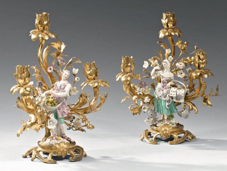 Belle paire de candélabres, à trois lumières, en bronze ciselé et doré,
