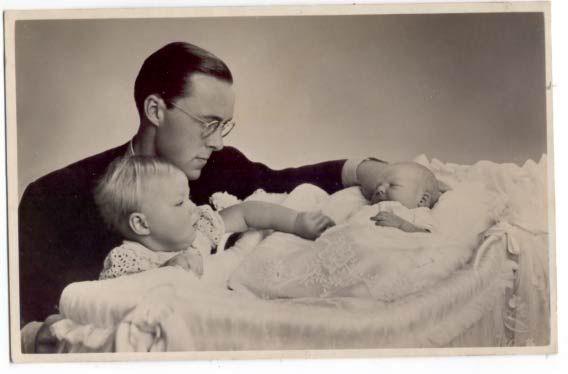 1936 prinses Beatrix Prins Bernhard en de pasgeboren prinses Irene