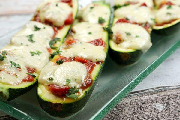 Low Carb Gefüllte Zucchini mit Tomaten und Salami - Gaumenfreundin - Foodblog mit gesunden Rezepten