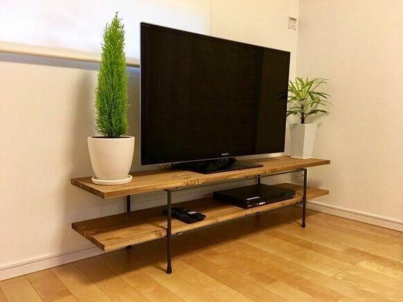 ご覧いただきありがとうございます。アイアン テレビ台 テレビボードです。(画像のテレビは46インチです。)天板は、厚さ約2.5cmの北欧パイン集成材を使用しています。表面はワトコオイルのダークウォールナットで仕上げしております。写真の最後にミディアムウォールナット(左)とダークウォールナット(右)の色の見本がございますのでお選びください。色の指定がない場合は写真1枚目のダークウォールナットでお送りいたします。光の具合や板の個体差による色の違いがございます。節や傷、ヒビがある場合がございますがご了承ください。鉄足部分は、表面をオイルフィニッシュで薄くコーティングしてありますので汚れや錆がつきにくくなっています。ガタはないように調整してお送りいたしますが、床等によりガタが生じた場合は、脚のキャップを外して、その中にワッシャーを入れて調整することができます。 錆や傷等がありますが、こちらもご理解のほどよろしくお願いいたします。 天板サイズは 上段 縦 35㎝ 横 160㎝下段 縦 35㎝ 横 160㎝全体の高さ 約40cm…