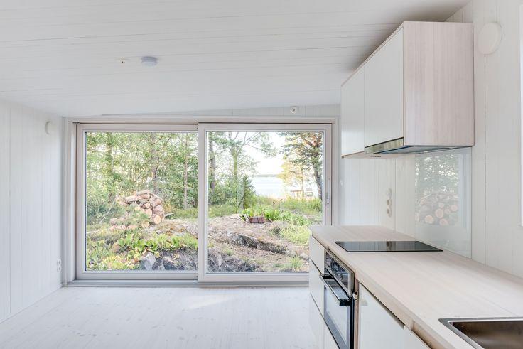 Snickeribyggt kök i modulbyggt hus #sommarhus #fritidshus #naturmaterial #skandinaviskdesign #skandinaviskarkitektur