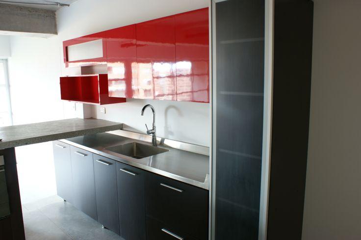 Cocina Roja - Calle 5A. Mesón en acero inoxidable para la mesa de trabajo.