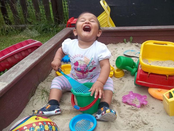 Monika Kędzia  Natalka w te wakacje pierwszy raz bawiła się w piaskownicy bo w poprzednie była jeszcze za mała.Jak widać bardzo jej się podobało.  www.spokojdziecka.pl