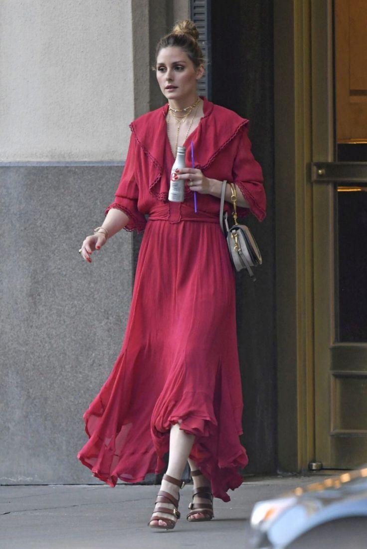 ¿Cómo combina Olivia Palermo un vestido hippie sin parecer salida directamente del festival de Woodstock? Pues muy fácil escogiendo los...