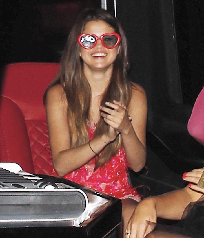 selena gomez wearing sunglasses | Selena Gomez wears heart-shaped sunglasses at Bootsy Bellows (photos ...