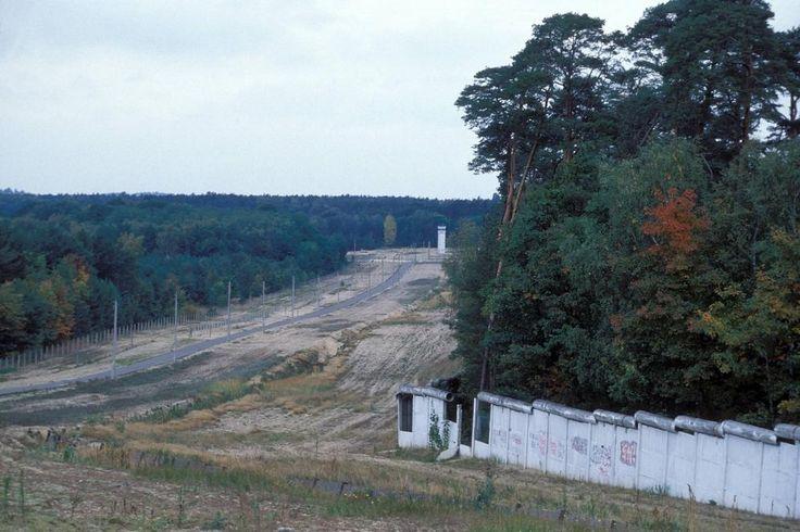 Auch das war die Mauer - am Stadtrand. Mitten in den Wald wurde eine breite Schneise geschlagen, Tag und Nacht ausgeleuchtet, mit Hunden bewacht. Hier patroullierten die Geländewagen. Dieses Foto entstand 1990 in Berlin-Kladow an der Grenze zu West-Berlin. Die Rohre sollten das Überklettern nach West-Berlin erschweren. Heute ist hier nur noch Nadelwald zu sehen.