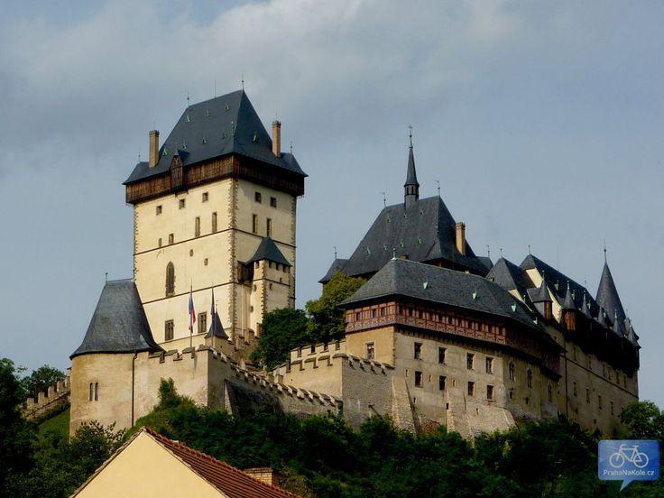 hrad Karlštejn-Gotický skvost na jihozápad od Prahy nechal v roce 1348 vystavět Karel IV., aby zde uchoval vzácné korunovační klenoty. Ty zde s přestávkami vydržely až do počátku 17. století. Od té doby hrad chátral. Poslední úpravy, které jej přivedly do dnešního stavu, prodělal v roce 1886.