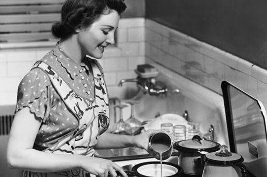 """Donne… Ricordatevi che uno strato di polvere protegge i mobili… Una casa è più bella se si può scrivere """"ti amo"""" sulla polvere sul mobilio.  Io lavoravo 8 ore ogni fine settimana per rendere …"""