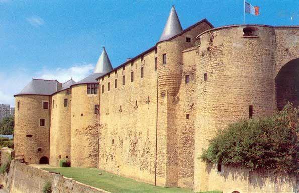 Sedan var frem til 1651 et fyrstedømme, som tilhørte familien La Tour d`Auvergne. Sedan er kjent for sin middelalderborg, det er den største borgen fra middelalderen i Europa. Byggingen ble påbegynt i 1424, og festningsverkene ble stadig utbedret, etterhvert.