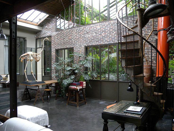 Ce grand loft de 350m2 s'articule autour d'un patio avec de nombreuses plantes et fleurs, de 50m2. Il dispose d'une décoration originale et choisit et de trois espaces de réception. Il propose une grande cuisine, quatre chambres, une cave. Ce loft jouit d'un calme absolu.