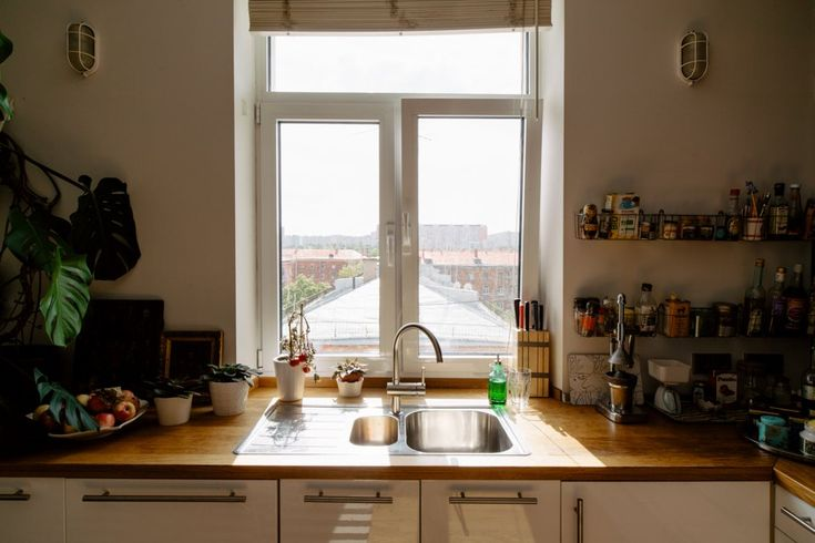 Двухэтажная квартира с жёлтой лестницей и садом на балконе . Изображение №8.
