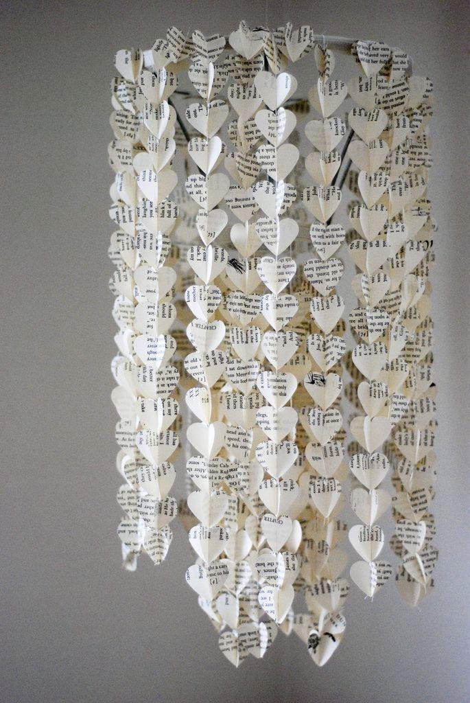 Corazones elaborados con papel de libros viejos