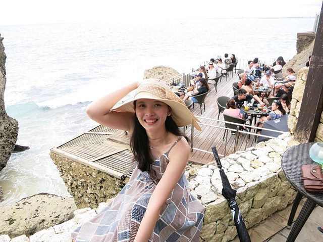 #Throwback to last month February with @geky3256 at @rockbarbali in #Bali 🏝 I can explain my weird pose. The strong wind was about to blow off my hat and blow up my dress! 👒👗🙈 #mymarilynmonroemoment #nofilter #noedit #latergram #adventuresofekyandflo #baliedition