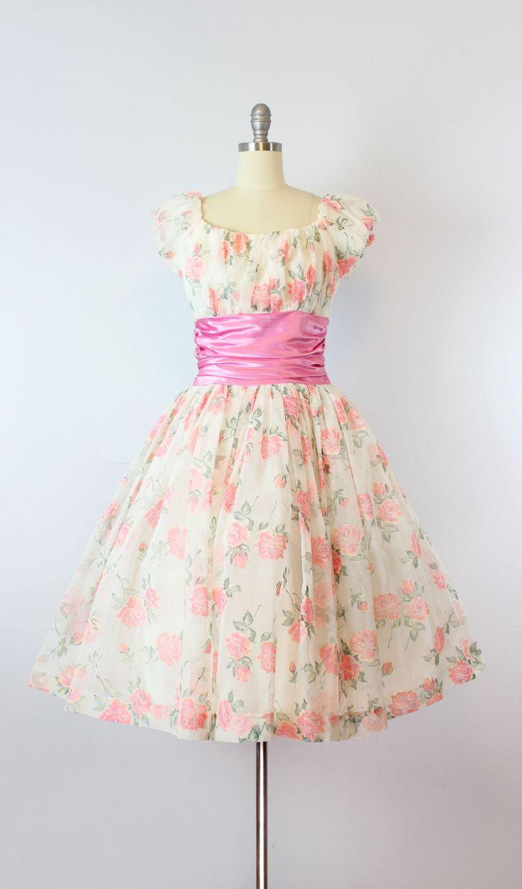Prachtige vintage jaren 1950 partij in een witte pure nylon chiffon jurk met heldere koraal roze en groene bloemen, geaccentueerd door hints van