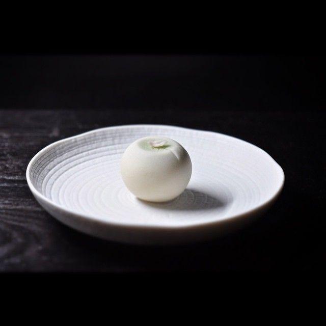 """一日一菓 玉華寂菓 「睡蓮」 煉切製 wagashi of the day """"Water lily"""" 本日は久々に玉華寂菓で睡蓮を表現しました。 睡蓮の花弁のことを「蓮華」と言いますが、 ラーメンに付いてくるレンゲの語源は、 この花弁の「蓮華」に形が似ている事から、 そう呼ばれるようになったそうです。 咲けば艶やかな花ですが、葉の上にひとひら舞う儚さも美しい花の一つです。"""