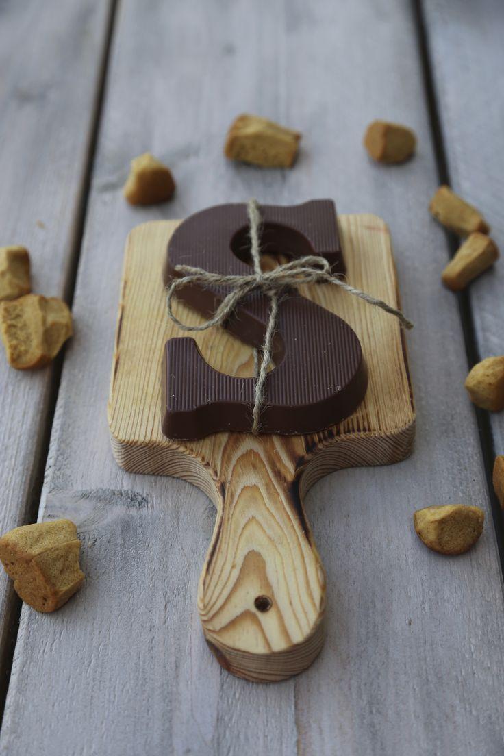 Een Chocoladeletter geef je met Sinterklaas kado op een mooie Serveerplank. Dat voelt luxe! www.pimentaloreti.nl
