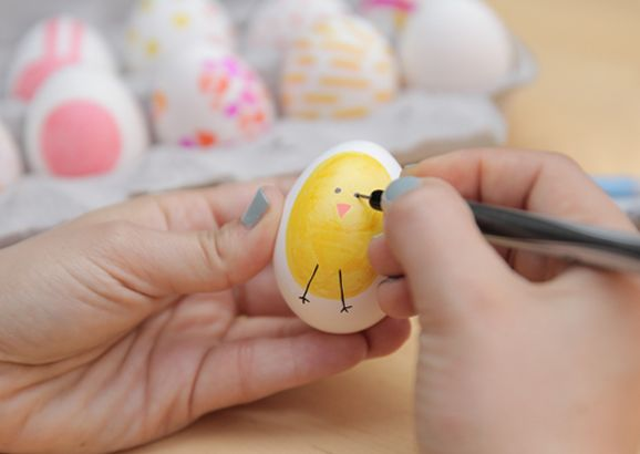 Kook gezellig met kinderen eieren en laat ze deze versieren met kosteloosmateriaal.