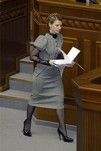 Incredible use of lace and puff sleeves, very stylish! Just adjust from a pencil skirt to an a-line, and maybe not such killer stilettos, wow! Estilo de Yulia Tymoshenko.