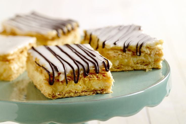 Tompoes is een heerlijk gebakje met krokant bladerdeeg en banketbakkersroom ertussen, en helemaal niet zo moeilijk om zelf te maken. Een verwennerij!