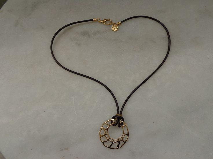 Cordão de couro liso com peça dourada - Monica Périssé