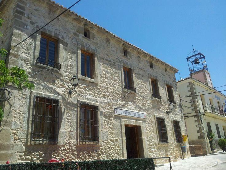 El Ayuntamiento recupera la fachada original del Centro Social de Pareja