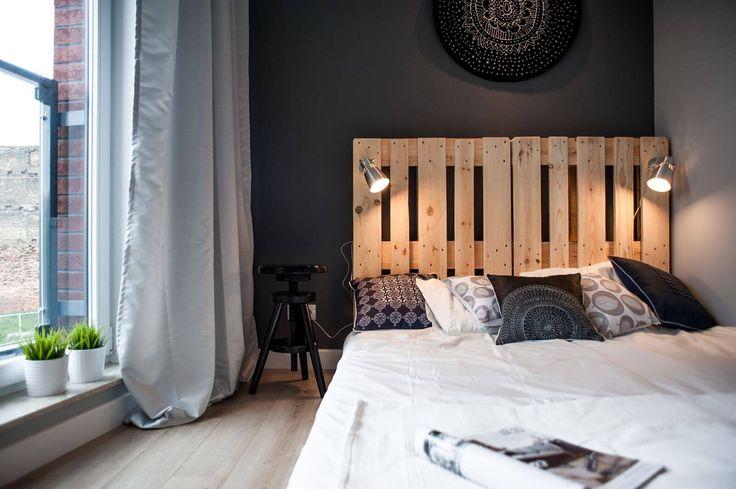"""Klasické, romantické, rustikální nebo minimalistické, čelo vaší postele je ústředním bodem vaší ložnice a udává její celkový styl. Výběr správného čela je důležitým krokem při zařizování ložnice, neznamená to však, že se musíte držet jen těch, které už jsou vnabídce obchodů nebo designérských studií. Ve skutečnosti je to jeden zprvků, který se ideálně hodí pro takzvané """"udělej si sám"""", obzvlášť pokud jste kreativní a rádi ztělesňujete své představy.  Vnaší galerii se můžete nechat…"""