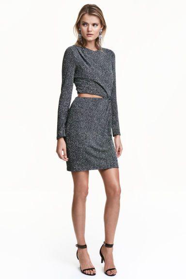 Robe scintillante: Robe courte et ajustée en jersey enrichi de fil scintillant. Modèle avec plis plats sur une épaule et effet légèrement drapé devant. Taille avec partie ouverte d'un côté et détail noué de l'autre. Manches longues. Fermeture à glissière dissimulée sur le côté. Doublée jersey.