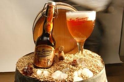 Cerveja Bon Secours Ambrée, estilo Belgian Blond Ale, produzida por Brasserie Caulier, Bélgica. 8% ABV de álcool.