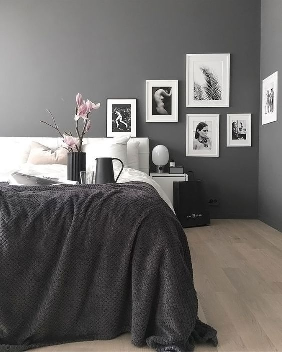 Ett effektfullt sätt att hänga tavlor på  Mörka väggar och svartvit konst, ursnyggt och effektfullt. Men det är inte bara kontrasterna som gör det läckert i denna bild. Även det lite udda sättet att...