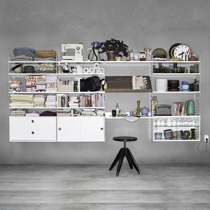 String - String Office Wand - weiß/walnuss/12 Regalböden, 2 Schränkchen/1 Glasvitrine, 1 Magazinbord/1 Arbeitstplatte T: 58cm