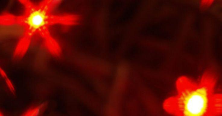 Como conectar luzes de Natal a uma caixa de som. Pendurar um conjunto de luzes de Natal em uma caixa de som para que as luzes pisquem conforme a música é um ótimo truque para adicionar ao ambiente de um cômodo e curtir a música em um outro nível. Apesar de existirem programas e peças de equipamentos que você pode usar para ligar um computador a um grande conjunto de luzes, você pode conseguir um ...