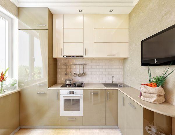 Холодильник у окна увеличивает обзорность гостиной