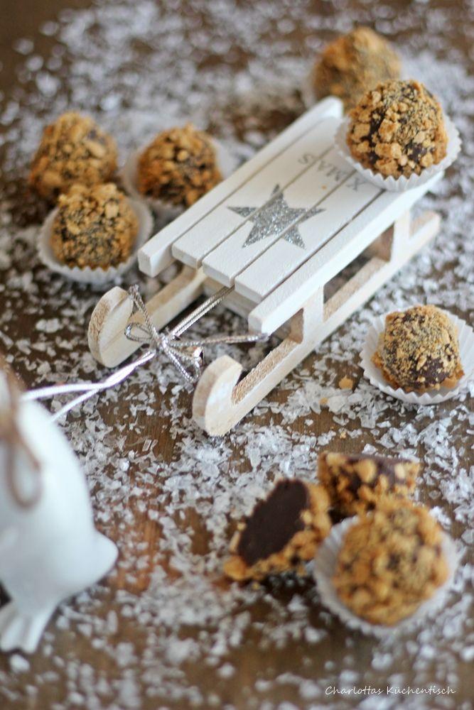 Köstliche Schokoladenpralinen mit einem leichten Mandelgeschmack sind diese Amarettokugeln. Crunchige Hülle und ein zartschmelzender Kern.