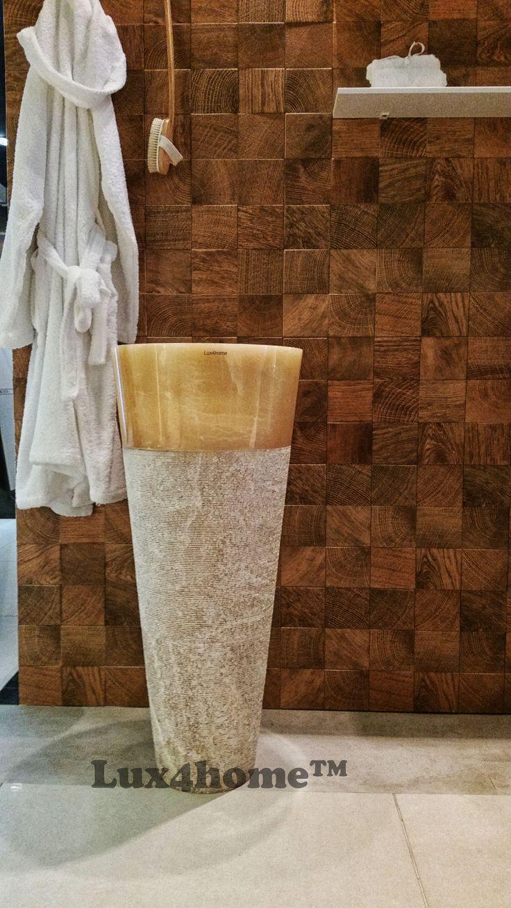 Umywalka z onyksu. Na innych zdjęciach pokazana jak wygląda podświetlona, tutaj prezentujemy ją w aranżacji. Model Pedestal Hammered Onix od Lux4home™