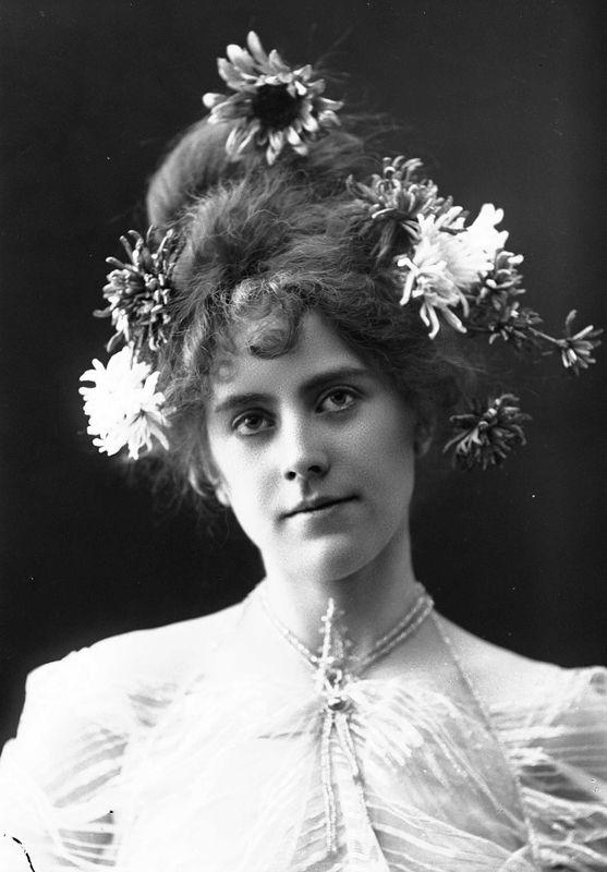 Studioportrett av kvinne i kostyme   Solveig Lund   1895-1908   Norsk Folkemuseum   Public Domain