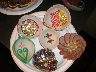 You can make all kinds of diyas with clay, water and colors.