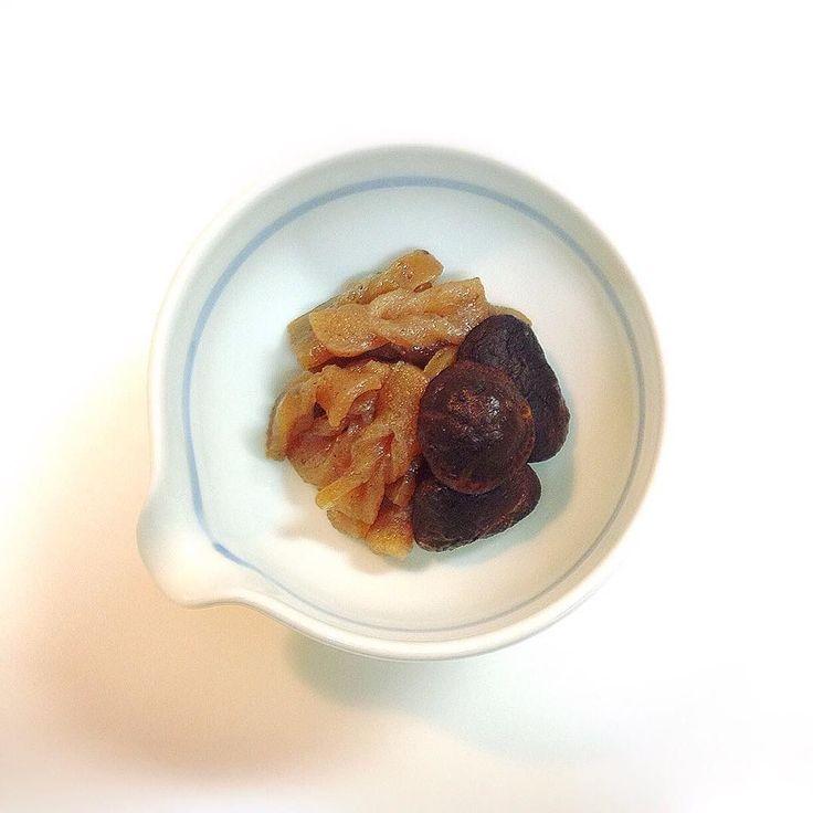 #おせち #2016 #お正月 #happynewyear #bonneannee 手綱こんにゃくと椎茸の#煮物ちっちゃな手綱がかわいい一品 simmered Japanese #konnyaku jelly and #shiitake mushroom #simple #delicious #washoku #和食 #料理 #Japanese #food #japanesefood #cooking #懐石 #kaiseki #January #winter #hiver #2016 #instagood #instafood by chez_takako