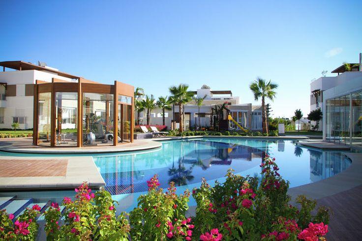 Op en top luxe in het turkse side vanaf je eigen terras kijk je zo uit over het enorme zwembad - Enorme terras ...
