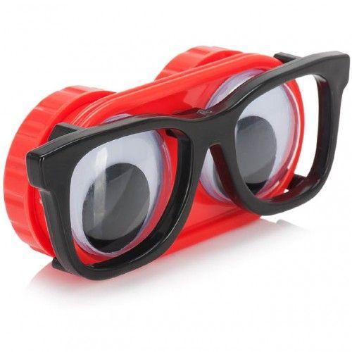 Divertido estuche portalentillas para esa minoría de geeks que no usan gafas de pasta, sino lentes de contacto.   La funda es de plástico rojo con unas gafas de pasta negra delante de unos ojos q