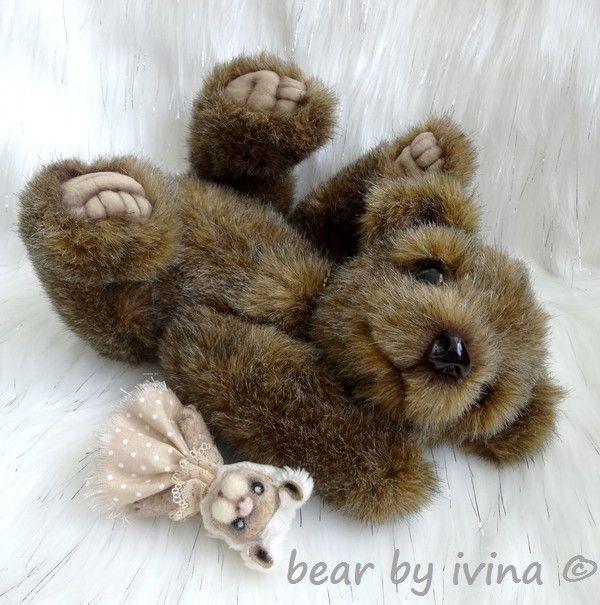 Milujeme zajíčky! - medvídek Belinek:-) Belinek je autorský, ručně šitý medvídek. V sedě měří 19 cm. Je ušitý z hustého německého plyše. Pro pocit realističtější váhy je medvídek kromě dutého vlákna plněn také ocelovými mikrokuličkami. Tlapky má z hebkého sametu a vyšité. Na víčkách jsou dlouhé, zlatohnědé řasy, ale pro hustou kožešinku jsou vidět ...